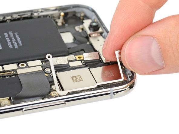 iPhone X拆解:避免鏡頭出現彎曲門而設的支架