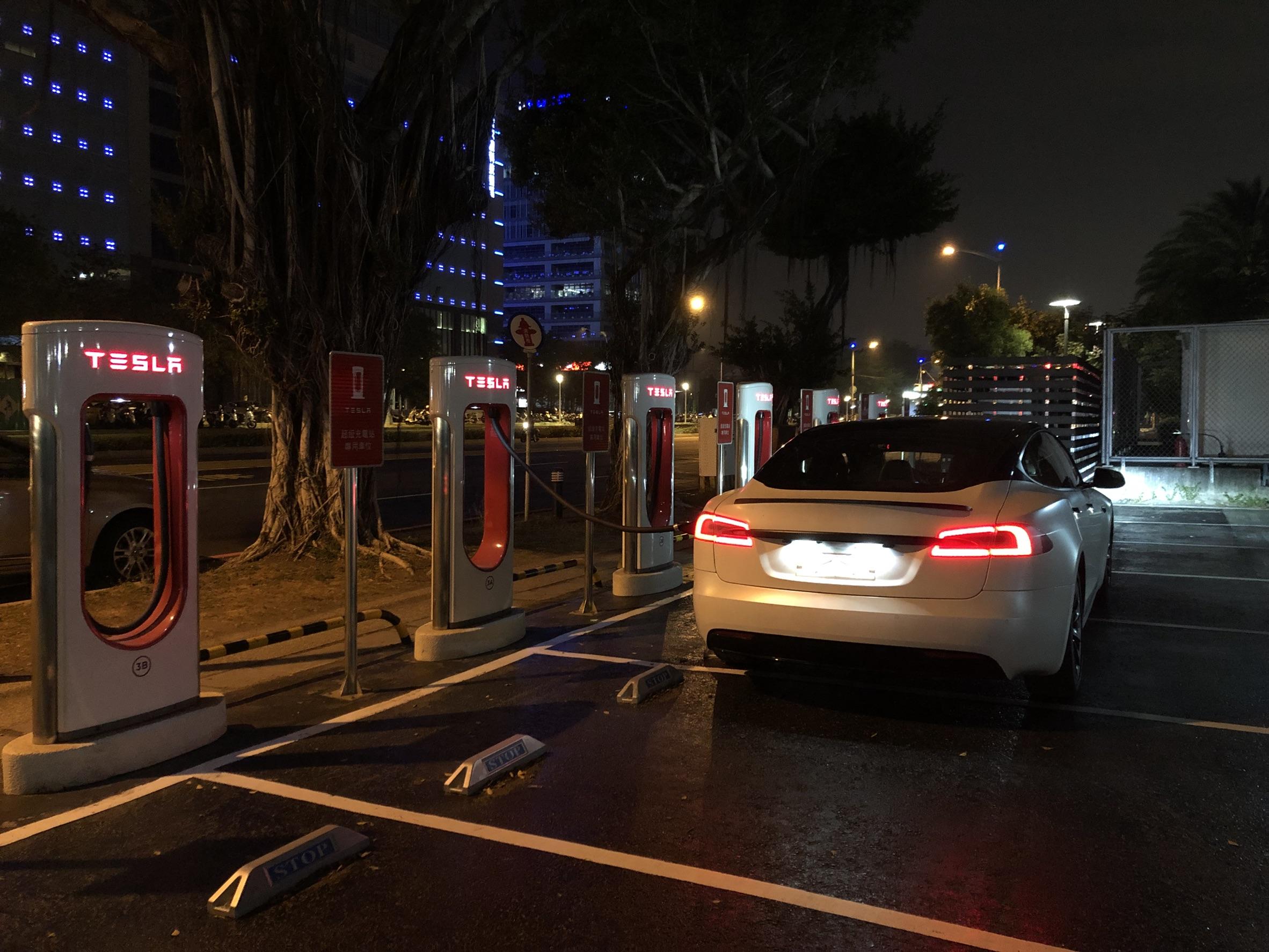 Tesla 超充站
