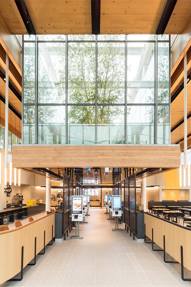 麦当劳在市中心开了一家新的旗舰店采用了与Apple Store类似装修风格