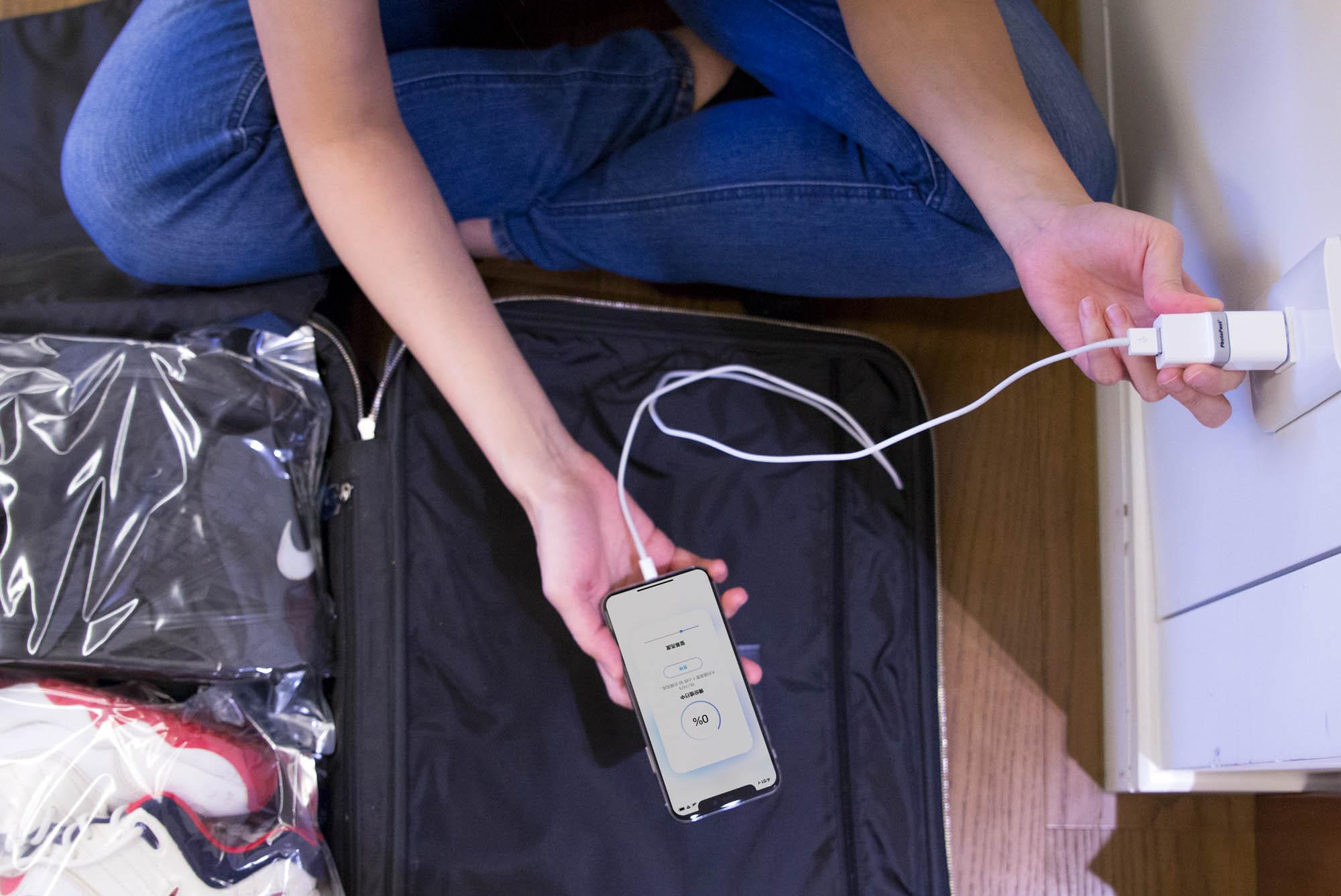 将PhotoCube 插上充电器并连结手机,随即享有备份功能