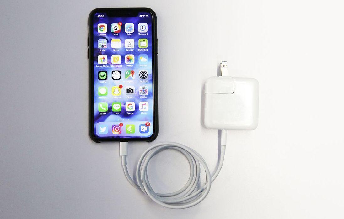 苹果也已经在日前发布的iOS 12.1 Beta 2修复锁机画面无法充电